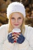 Śliczna dziewczyny mienia kawa zdjęcie stock