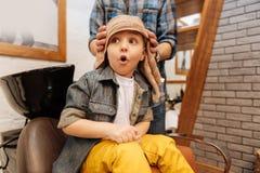 Śliczna emocjonalna chłopiec cieszy się jego zakład fryzjerski wizyta Zdjęcie Stock