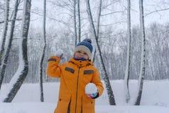 Śliczna Europejska chłopiec w śnieżnym lesie Fotografia Royalty Free