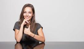 Śliczna gestykuluje brunetka. fotografia royalty free