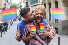 Śliczna homoseksualna para bawi się outdoors fotografia royalty free