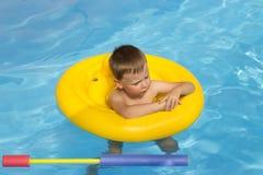 Śliczna i śmieszna mała dziewczynka w basenie, pływa w nadmuchiwanym pierścionku, styl życia pojęcie Nadmuchiwany okrąg Lato base fotografia royalty free