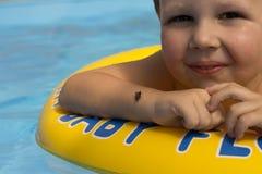 Śliczna i śmieszna mała dziewczynka w basenie, pływa w nadmuchiwanym pierścionku, styl życia pojęcie Nadmuchiwany okrąg Lato base obrazy royalty free