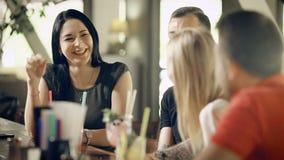 Śliczna i dorosła młodość wydaje czas w małym barze firma komunikuje z each inny, mężczyzna i kobietami który piją, zbiory