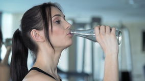 Śliczna kobieta ćwiczy w gym zbiory
