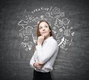Śliczna kobieta i round początkowy nakreślenie na chalkboard Zdjęcia Royalty Free