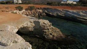 Śliczna kobieta rzuca kamienie w morze śródziemnomorskie zdjęcie wideo