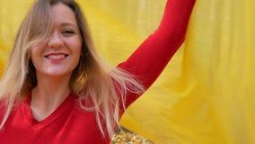 Śliczna kobieta wiruje i ono uśmiecha się przy parkiem w jesieni zdjęcie wideo