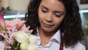 Śliczna kwiaciarnia komponuje kwiecistego bukiet w warsztacie zbiory wideo
