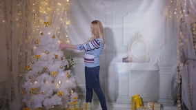 Śliczna młoda żeńska dekoruje choinka Nowego Roku nadchodzący pojęcie zdjęcie wideo