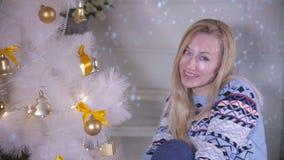 Śliczna młoda żeńska dekoruje choinka Nowego Roku nadchodzący pojęcie zbiory