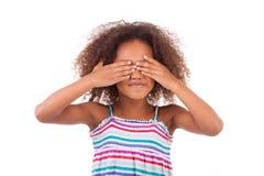Śliczna młoda amerykanin afrykańskiego pochodzenia dziewczyna chuje ona oczy - murzyni Fotografia Royalty Free