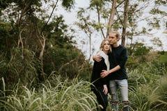 Śliczna Młoda Atrakcyjna datowanie para Patrzeje, ono Uśmiecha się i Śmia się w Zwartej Zielonej Tropikalnej Lasowej dżungli, zdjęcia stock