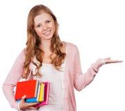 Śliczna młoda atrakcyjna studencka dziewczyna trzyma kolorowe ćwiczenie książki Fotografia Royalty Free