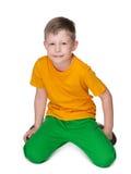 Śliczna młoda chłopiec w żółtej koszula Obrazy Stock