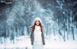 Śliczna młoda dziewczyna bawić się z śniegiem Zdjęcia Royalty Free