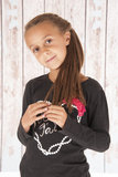 Śliczna młoda dziewczyna bawić się z jej włosy przed stajnią Zdjęcia Stock