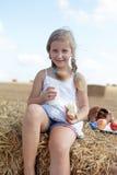 Śliczna młoda dziewczyna je obiad Fotografia Royalty Free