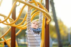 Śliczna młoda dziewczyna ma zabawę na boisku w lecie outdoors obrazy royalty free