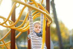 Śliczna młoda dziewczyna ma zabawę na boisku w lecie outdoors zdjęcie royalty free