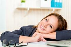 Śliczna młoda dziewczyna pozuje w biurze obrazy stock