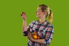 Śliczna młoda dziewczyna z jabłkami zdjęcie stock