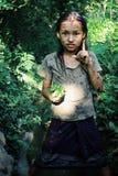 śliczna młoda dziewczyna z niektóre warzywami zbierał w rodzina ogródzie zdjęcia stock