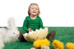 Śliczna młoda dziewczyna z zabawkarskim królikiem i kurczątka Fotografia Royalty Free