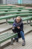 Śliczna młoda kobieta kuca w wiosny miasta parku outdoors z fachową dslr kamerą bierze obrazki Zdjęcia Royalty Free