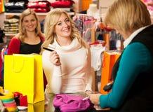 Śliczna młoda kobieta płaci po succesfull zakupu  Obrazy Stock
