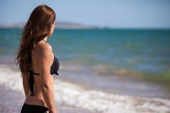 Śliczna młoda kobieta patrzeje morze Obrazy Stock