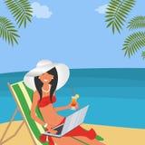 Śliczna młoda kobieta w białym kapeluszu z laptopem siedzi w deckchair na plaży ilustracja wektor