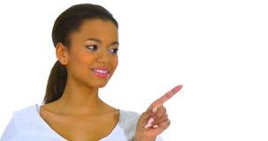 Śliczna młoda kobieta wskazuje palec daleko od zbiory
