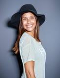 Śliczna młoda kobieta z dużym promieniejącym uśmiechem obrazy royalty free