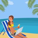 Śliczna młoda kobieta z laptopem siedzi w deckchair na plaży ilustracja wektor