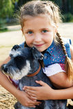 Śliczna mała amerykańska dziewczyna z jej psem dla spaceru Zdjęcia Stock