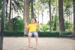 Śliczna mała azjatykcia chłopiec w parku na ładnym dniu outdoors zdjęcia royalty free