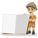 Śliczna mała badacz chłopiec w safari stroju pokazuje gigant książkę otwartą ilustracji