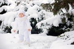 Śliczna mała berbeć chłopiec, bawić się outdoors z śniegiem na zima dniu zdjęcia stock