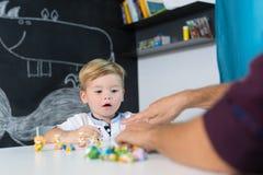 Śliczna mała berbeć chłopiec przy dziecko terapii sesją zdjęcie stock