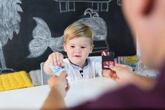 Śliczna mała berbeć chłopiec przy dziecko terapii sesją fotografia stock