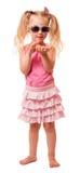 Śliczna mała blond dziewczyna jest ubranym okulary przeciwsłonecznych i trzyma rozgwiazdy odizolowywająca zdjęcia royalty free