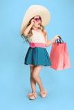 Śliczna mała caucasian brunetki dziewczyna w smokingowych mień torba na zakupy zdjęcia royalty free