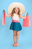 Śliczna mała caucasian brunetki dziewczyna w smokingowych mień torba na zakupy obraz royalty free