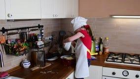 Śliczna mała dziewczyna robi gościowi restauracji Mała dziewczyna przygotowywa jedzenie w kuchni Śliczna mała dziewczynka ubieraj zdjęcie wideo