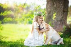 Śliczna mała dziewczynka ściska dużego psa w lato parku zdjęcie royalty free