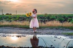 Śliczna mała dziewczynka bawić się w pudadle Zdjęcie Stock
