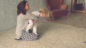 Śliczna mała dziewczynka biega jej matki i ściska zbiory wideo