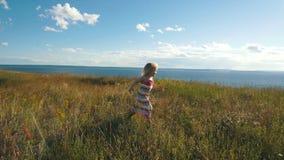 Śliczna mała dziewczynka biega w ręki rodzice zbiory wideo
