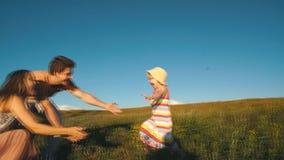 Śliczna mała dziewczynka biega w ręki rodzice zbiory